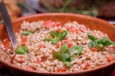 Farro pomodoro e foglioline di basilico: fresco, buono e leggero
